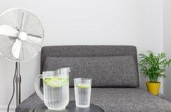 Электрический вентилятор и вода, который нужно охладить вниз Стоковые Изображения RF