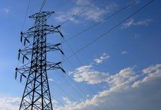 Электрический высоковольтный столб с предпосылкой неба Стоковое Изображение RF