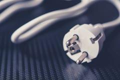 Электрический кабель европейской державы на фото крупного плана предпосылки углерода Белый c Стоковое фото RF