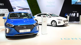Электрический привод Hyundai Ioniq и хэтчбек средний-размера гибрида видеоматериал