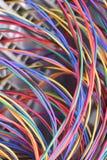 Электрический провод используемый в кабельной сети и компьютерной системе интернета радиосвязи стоковое изображение