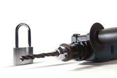 Электрический сверлить и железный замок на белой предпосылке кажутся защищают стоковое фото