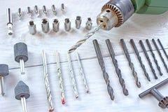 Электрический сверлильный аппарат и комплект буровых наконечников стоковые фото