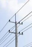 Электрический столб изолированный на облачном небе Стоковая Фотография RF