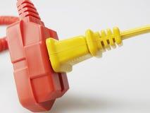 Электрический шнур в желтой штепсельной вилке стоковые фотографии rf