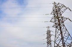электрическое напряжение тока высокой башни Опора передачи электричества Стоковое Фото