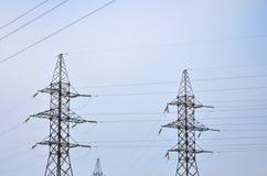 электрическое напряжение тока высокой башни Опора передачи электричества Стоковая Фотография