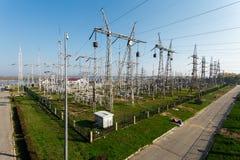 Электричество линии электропередач передавая от гидроэлектрического к городу Стоковые Изображения RF