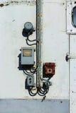 Электричество кнопок и переключателей на старой стене Стоковые Изображения