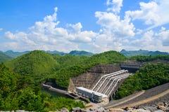 Электричество от заводов гидроэлектроэнергии, запруд Srinakarin стоковое фото rf