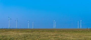 электричество производя ветер турбин небо энергии ветра голубое гостиница стоковое изображение