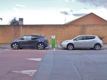 Электричество ` ` EV электротранспорта поручая на этап публичного обвинения стоковые изображения