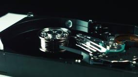 Электроника, данные по запоминающего устройства жёсткого диска бинарный Код Techologies компьютера Деталь конца-вверх Шпиндель с  видеоматериал
