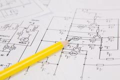 Электроника и инженерство Карандаш на напечатанных чертежах избирает Стоковые Изображения RF