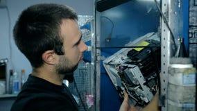 Электроника среднего работника съемки чистая с обжатым воздухом видеоматериал