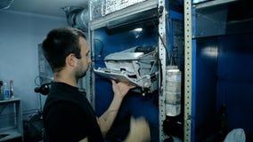 Электроника среднего работника съемки чистая с обжатым воздухом сток-видео