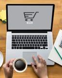 Электронная коммерция добавляет к магазина покупки магазина заказа тележки оплате онлайн онлайн Стоковая Фотография RF