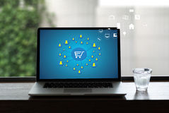 Электронная коммерция добавляет к магазина покупки магазина заказа тележки оплате онлайн онлайн стоковое изображение