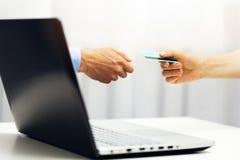 электронная коммерция - онлайн оплата с покупками интернета кредитной карточки Стоковые Изображения