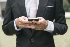 Электронная почта или сообщение сочинительства бизнесмена на телефоне Стоковые Изображения