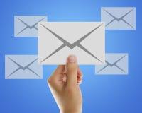 Электронная почта конверта в руке бизнесмена Стоковые Фотографии RF