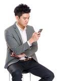 Электронная почта проверки бизнесмена на телефоне Стоковое Фото