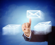 Электронная почта руки Moving между 2 стогами документа Стоковое Изображение