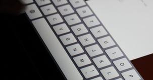 электронная почта слепой печати пальца 4k работая на пусковой площадке сенсорного экрана, виртуальной клавиатуре видеоматериал