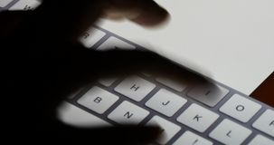 электронная почта слепой печати пальца 4k работая на пусковой площадке сенсорного экрана, виртуальной клавиатуре акции видеоматериалы