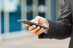 Электронная почта чтения бизнесмена на Smartphone Phablet Стоковая Фотография RF