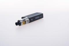 электронная сигарета или vaping прибор на предпосылке Стоковое Изображение