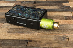 Электронная сигарета на деревянной предпосылке стоковая фотография rf