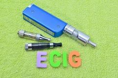 Электронная сигарета на зеленом полотенце (vape) Стоковое Изображение RF