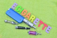 Электронная сигарета на зеленом полотенце (vape) Стоковые Изображения RF