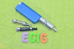 Электронная сигарета на зеленом полотенце (vape) Стоковые Изображения