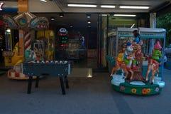 Электронные игры для детей в riccione улицы стоковые фото