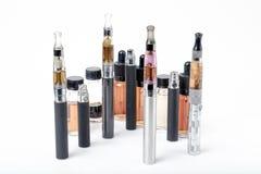 Электронные сигареты с бутылками e-сока на белой предпосылке Стоковая Фотография