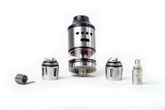 Электронные танк и катушки сигареты на белой предпосылке Стоковое Фото