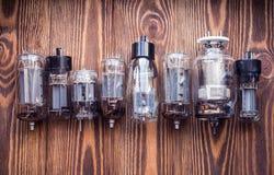 Электронные трубки вакуума на деревянной предпосылке крупного плана eyedroppers высокий разрешения взгляд очень Стоковое Изображение