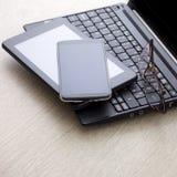 Электронные устройства на деревянном столе Стоковая Фотография RF