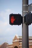 Электронный знак crosswalk с предупреждающим сигналом рукой. Стоковая Фотография RF