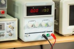 Электропитание лаборатории, профессиональное оборудование, крупный план Стоковые Фото