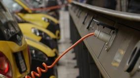 Электропитание для поручать электрического автомобиля автомобиль поручая электрическую станцию стоковые фото