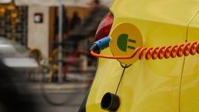 Электропитание для поручать электрического автомобиля автомобиль поручая электрическую станцию стоковые изображения rf