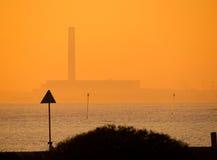 Электростанция вечера, побережье Стоковое Изображение