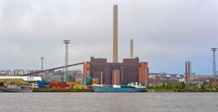 Электростанция в туманном летнем дне, Хельсинки Hanasaari, Финляндия Стоковое фото RF