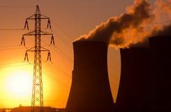 Электростанция на заходе солнца стоковые изображения rf