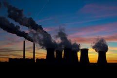 Электростанция на небе вечера стоковое изображение