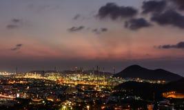 Электростанция нефтеперерабатывающего предприятия на сумерк в Таиланде Стоковое Изображение RF