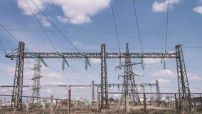 Электростанция против неба с облаками напряжение тока подстанции изоляторов детали электрическое высокое Риск удара током Распред акции видеоматериалы